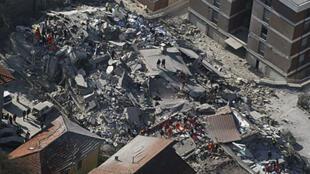 Des maisons détruites par le séisme dans la ville de L'Aquila, le 6 avril 2009.
