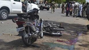 Agentes de seguridad delante del sitio donde se produjo uno de los atentados este lunes 15 de junio de 2015 en Yamena, capital de Chad.