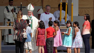 Папа римский Франциск благославляет юных прихожан перед церковью в Сантьяго, 16 января 2018 года, Чили.