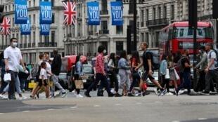 Des Britanniques marchent à Oxford Circus, à Londres, le 24 juillet 2020.