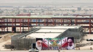 Imagens do fundador da República Islâmica, o aiatolá Ruhollah Khomeini, e do atual líder Ali Khamenei decoram as obras do complexo de produção de energia de Asalouyeh, a 900 km de Teerã.