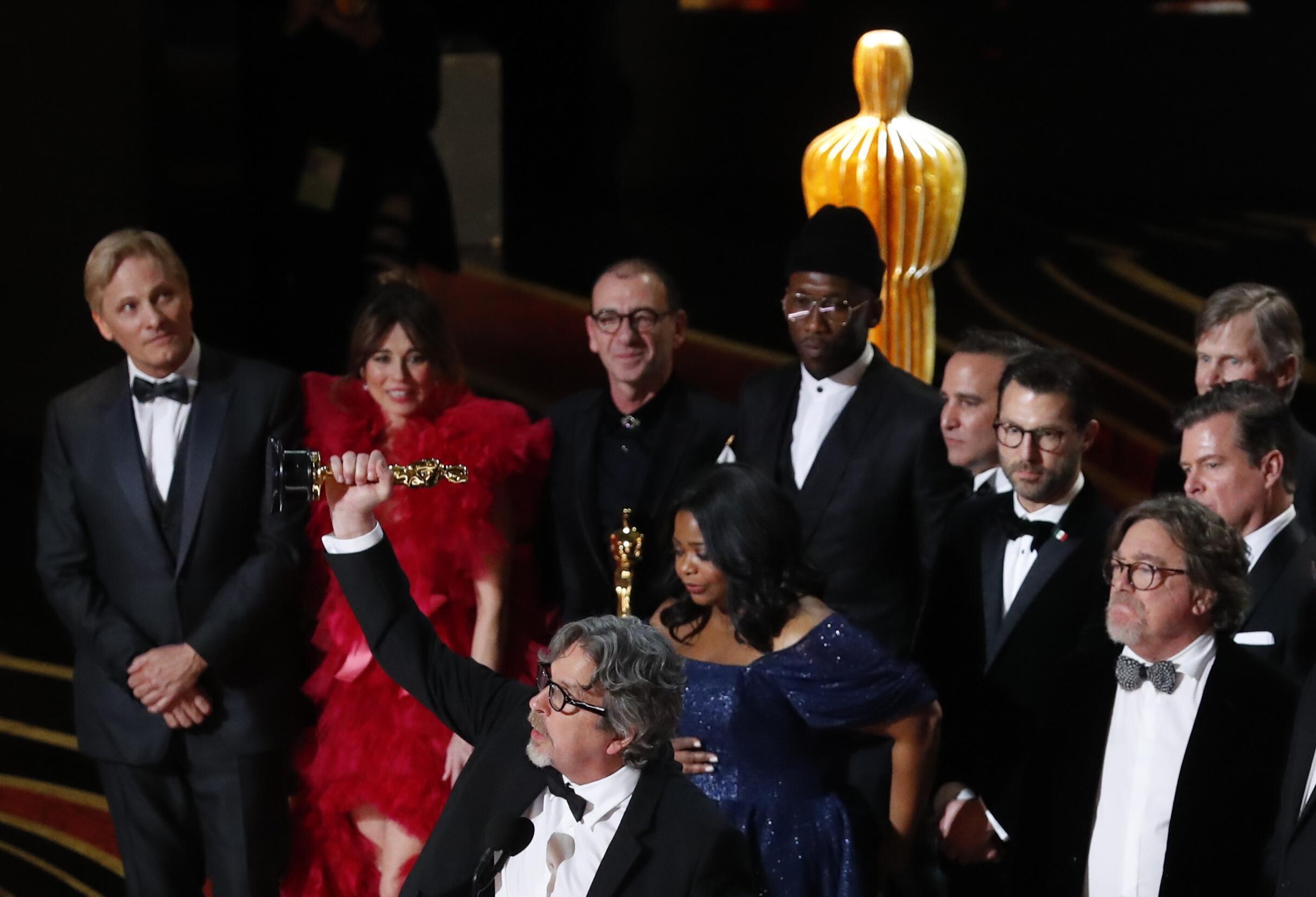 """El director Peter Farrelly levanta la estatuilla a la Mejor película tras imponerse con su """"Green Book""""."""