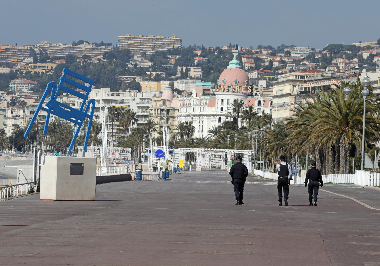 Policiais patrulham o Passeio dos Ingleses, na orla de Nice, que permanece proibido ao público.