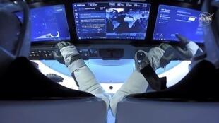 Les astronautes de la NASA Robert Behnken et Douglas Hurley à bord du vaisseau spatial Dragon Endeavour de SpaceX, le 2 août 2020, dans cette capture d'écran tirée d'une vidéo.