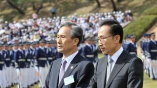 Bộ trưởng Quốc phòng Hàn Quốc Kim Kwan-jin (T) và tổng thống Lee Myung Bak nhân lễ duyệt binh ngày 26/09/2012.