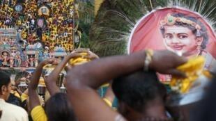Le 8 février 2020, plus d'un million de fidèles hindous se pressent pour déposer leurs offrandes en haut des grottes de Batu, malgré l'épidémie mondiale de coronavirus.