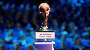 Le trophée de la Coupe du monde lors du tirage au sort du Mondial 2018 à Moscou, au Kremlin.