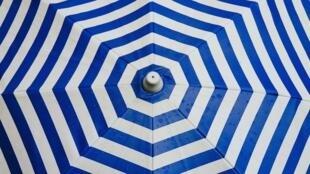 Des blouses lavables pour le personnel soignant sont faites dans l'atelier de parapluie de Matthieu Piganiol. (image d'illustration)