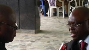 Prosper Houenou au micro de Sayouba Traoré.