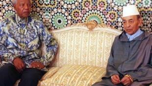 Le Sud-africain Nelson Mandela, ici avec le roi Hassan II en 1998, entretenait de bonnes relations avec le Maroc.