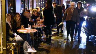 Gente en la terraza de un bar del distrito 11.