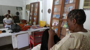 Justine Yapobi, la propriétaire du salon (sur la photo) met un point d'honneur à encourager ses clientes à lire.