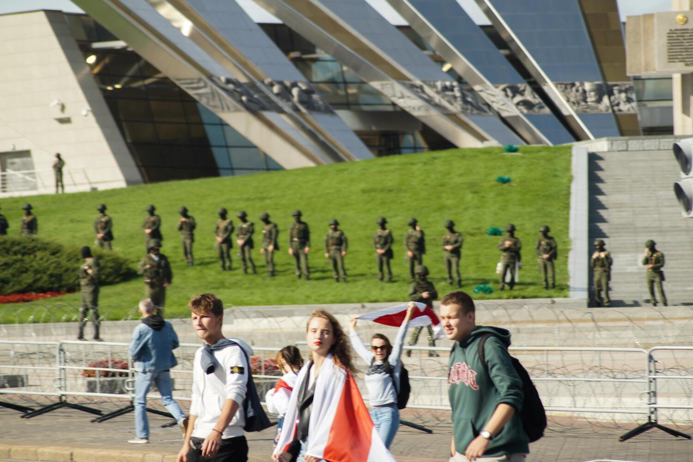 У стелы «Минск — город-герой». «Марш героев» в Минске 13 сентября 2020.