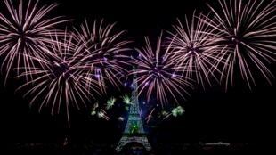 La préfecture de police avait mis en place une large zone d'exclusion autour de la tour Eiffel, d'où était tiré le feu d'artifice, invitant les Parisiens à suivre le spectacle à la télévision.