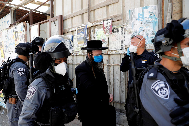La police israélienne a arrêté un homme juif ultra-orthodoxe qui défiait les règles de confinement édictées par le gouvernement, à Jérusalem le 6 avril 2020.