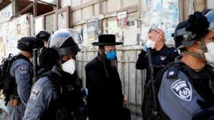 La policía israelí detiene a un hombre por no cumplir las reglas del confinamiento. Jerusalén, 6 de abril de 2020.
