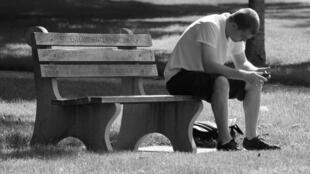 Solidão e isolamento social faz parte do cotidiano de 1 em cada 8 franceses.
