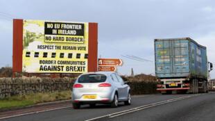 Un panneau anti-Brexit à la frontière entre les deux Irlandes, le 1er décembre 2017.