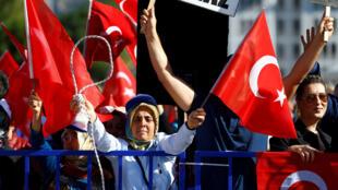 Сторонники Эрдогана у здания суда, в котором вынесли приговор обвиняемым впокушении на турецкого президента, Мугла, 4 октября 2017.