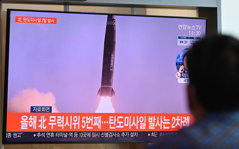 Un hombre mira un noticiero de televisión que muestra imágenes de archivo de una prueba de misiles de Corea del Norte, en una estación de tren en Seúl, Corea del Sur, el 15 de septiembre de 2021