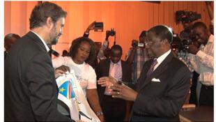 Waziri wa Sheria na Haki za Binadamu wa DRC, Alexis Tambwe Mwamba (kulia) akizungumza na Mkurugenzi wa UNJHRO, José Maria Aranaz.