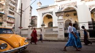 Devant une mosquée d'un quartier de Rangoon, en Birmanie. (Photo d'illustration)