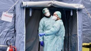 Chequeo médico en la entrada del Hospital Civil Spedali en Brescia, Italia, 3 de marzo de 2020.