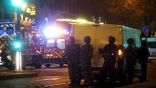 Les forces de l'ordre et les pompiers sécurisent les alentours du Bataclan, après l'attaque terroriste, le 13 novembre 2015.