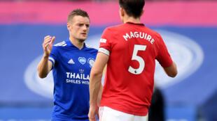 Harry Maguire na Manchester United tare da Jamie Vardy na  Leicester City a yayin wasan firimiya.