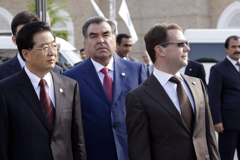 Председатель КНР Ху Цзиньтао, Таджикский президент Имомали Рахмон и Дмитрий Медведев на саммите ШОС