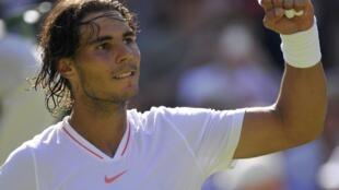 Rafael Nadal satisfecho tras su victoria bajo el sol londinense.