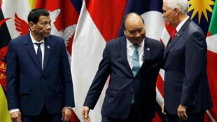 Phó tổng thống Mỹ Mike Pence (P), thủ tướng Việt Nam Nguyễn Xuân Phúc (G) và tổng thống Philippines Rodrigo Duterte. Ảnh ngày 15/11/2018.