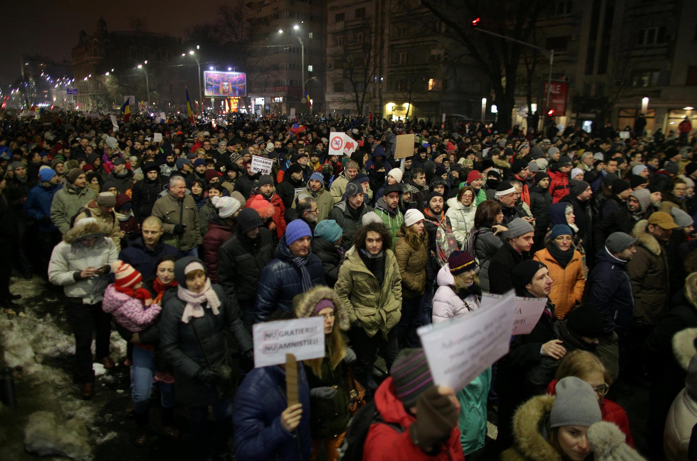 Katika mji wa Bucharest, maandamano makubwa dhidi ya amri mbili zinazotoa mabadiliko ya sheria ya jinai nchini Romania, Jumapili, Januari 22, 2017.