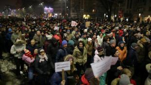 A Bucarest, des manifestations de grande ampleur se sont déroulées contre deux décrets prévoyant une modification du code pénal en Roumanie, le dimanche 22 janvier 2017.