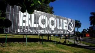 Cartel contra el bloqueo estadounidense de la isla de Cuba en La Habana, el 1 de noviembre de 2018.