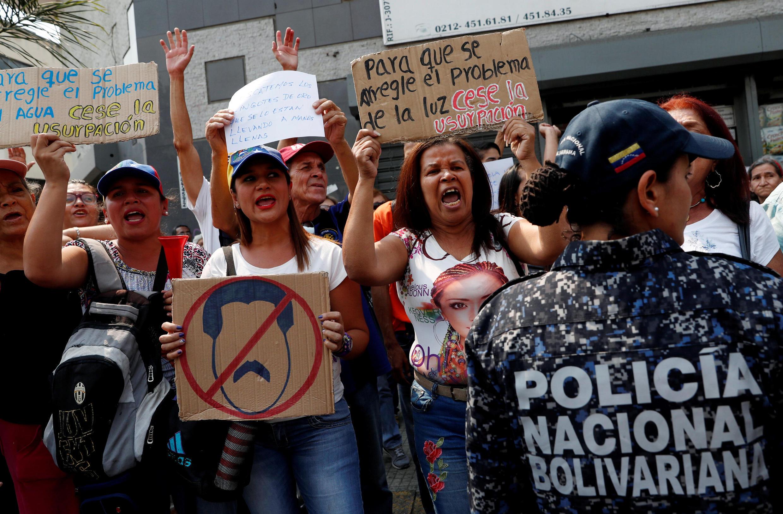 Des partisans du leader de l'opposition Juan Guaido manifestent contre le gouverneent du président vénézuélien Nicolas Maduro à Caracas, le 10 avril 2019.