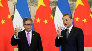 中国外交部长王毅上午与萨尔瓦多外长卡斯塔尼达(Carlos Castaneda)签署建交公报,2018年8月21号,北京