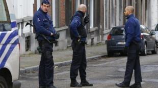Des officiers de police à Verviers, où s'est déroulée une importante opération anti-terroriste, le 16 janvier 2015.