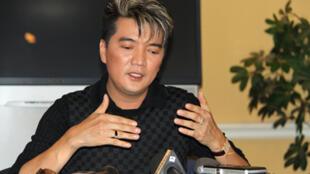 Ca sĩ Đàm Vĩnh Hưng tại cuộc họp báo tại quận Cam hôm 19/7/2010