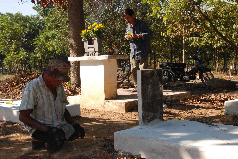 Một thương phế binh Việt Nam Cộng Hòa đến viếng mộ đồng đội cũ.