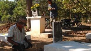 Một thương phế binh Việt Nam Cộng Hòa đến viếng mộ đồng đội cũ