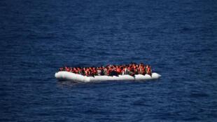 Bote salva-vidas resgata refugiados na costa da Lídia.