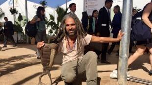 Venu de Casablanca, Nordine Znadi - ici avec son aigle sculpté à partir d'un pot d'échappement - jouit d'un capital sympathie énorme à la COP22.