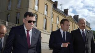 Le Premier ministre libyen, Fayez al-Sarraj (G), le président français, Emmanuel Macron (C), et le maréchal Haftar (D), à Paris, le 25 juillet 2017.