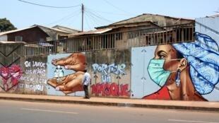 Graffiti de prévention contre le coronavirus à Conakry.
