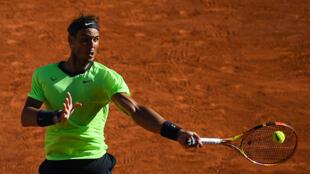 L'Espagnol Rafael Nadal, lors de son match du 1er tour contre l'Australien Alexei Popyrin, aux Internationaux de France, le 1er juin 2021 au stade Roland Garros à Paris