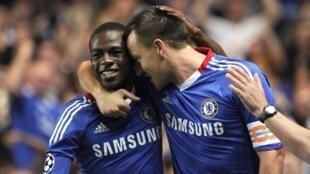 John Terry (d.) et le Franco-Congolais Gaël Kakuta, de l'équipe de Chelsea.