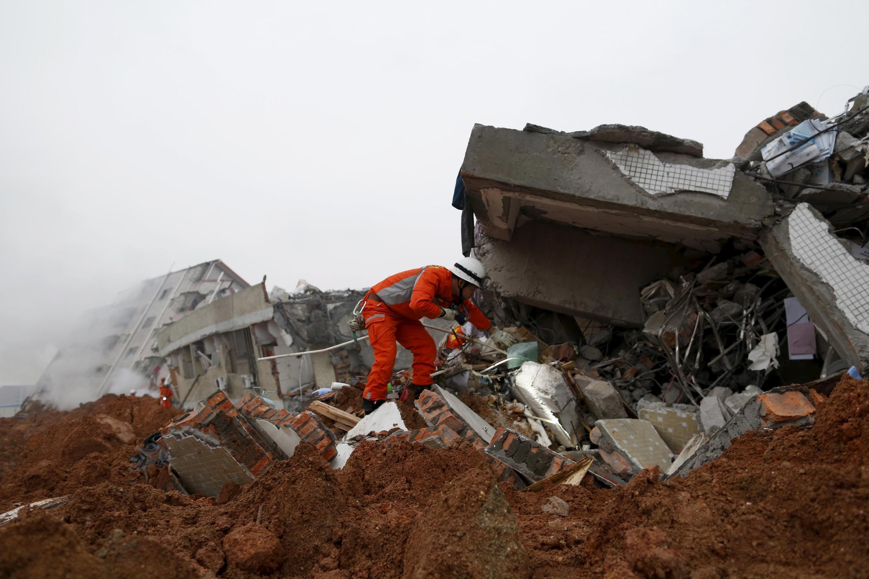 Equipes de resgate procuram vítimas do Deslizamento de terra na China.