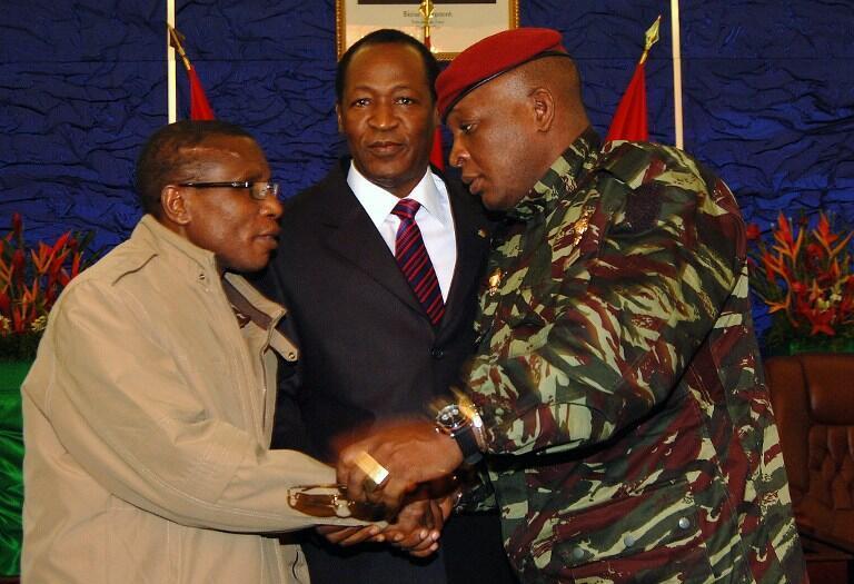 Le successeur de Moussa Dadis Camara (G), le général Sékouba Konaté (D), et le président Campaoré, à Ouagadougou. 15 janvier 2010.