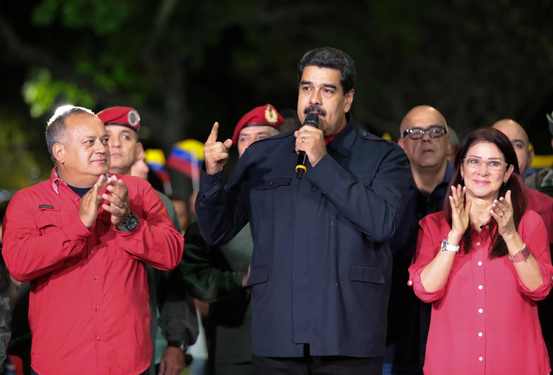Президент Венесуэлы Николас Мадуро поздравляет своих сторонников с победой на выборах, 15 октября 2017 года.